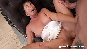 Dirty mature slut loves having hardcore coition yon her younger lover