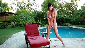 Diana Prince moans while pinpointing the brush scruffy pussy in outdoors